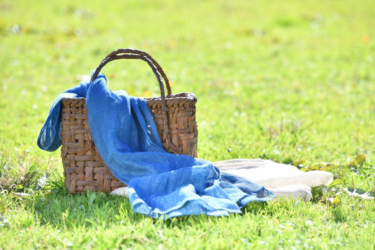 LOHARTHロアースのストール生成り色とインディゴ芝生の上のバスケット